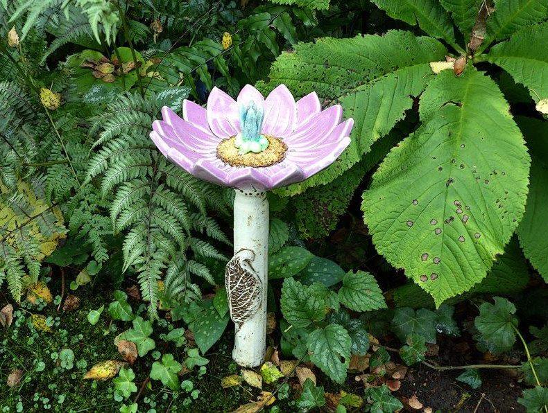 Diese liebevoll moderierte >>Keramikblume lila