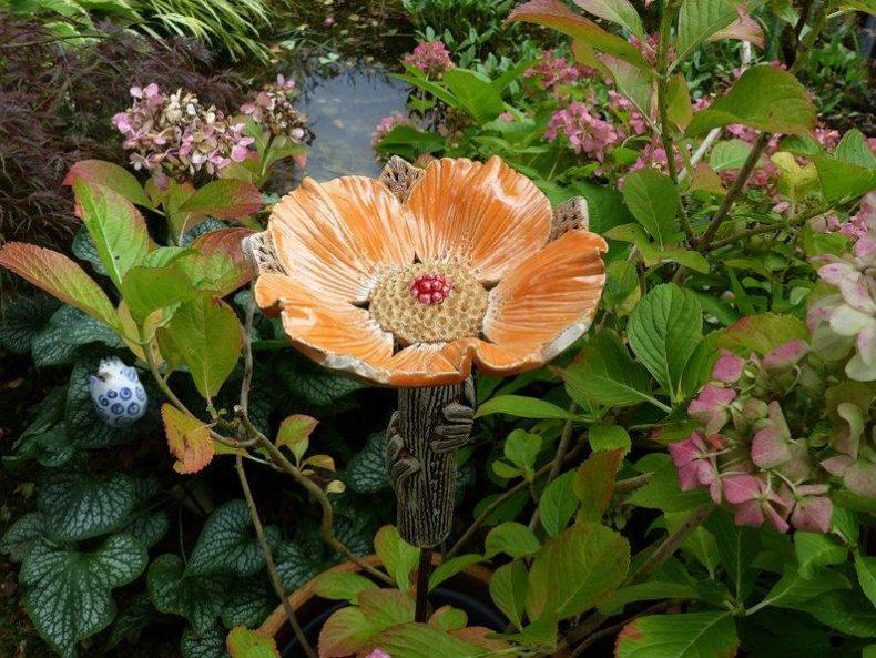 Diese liebevoll moderierte Keramikblume passt perfekt zwischen Blumen und Pflanzen