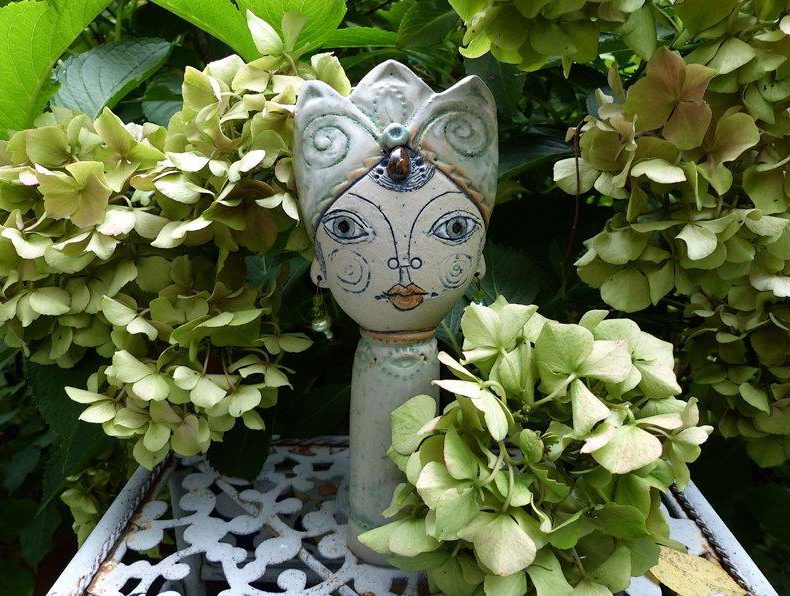 Dieser liebevoll moderierte Steckkopf Gartenprinzesschen die 1. passt perfekt zwischen kleine Büsche