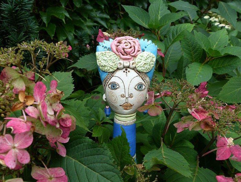 Die Gartenprinzessin mit Rose ist ein liebevoll modelierter Steckkopf der sich perfekt zwischen Blumen einschmückt