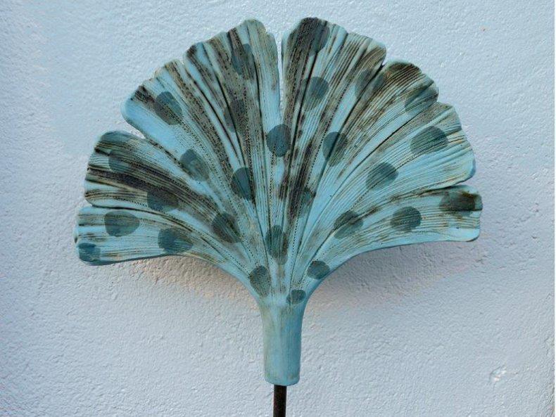 Dieses liebevoll modellierte Ginkgoblatt ist mit einer türkisfarbenen Engobe bemaltes Keramikobjekt