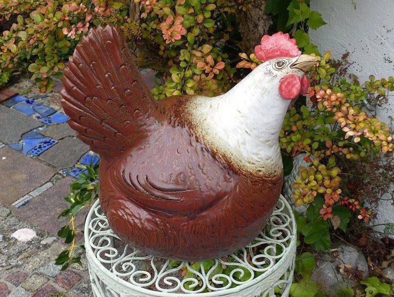 Das sehr liebevoll gestaltete Huhn Emma ist braun bemalt