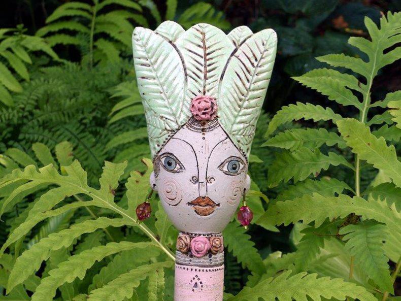 Diese liebevoll moderierte Steckopf Pamina die 8. ist einer freien Kreation aus färbe bemalt und passt perfekt zschwische Blumen und pflanzen