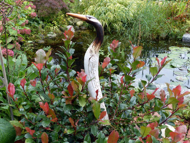 Dieser liebevoll moderierte Reiervogel gehört zu der Gruppe der Tenöre und passt perfekt zwischen Blumen und pflanzen