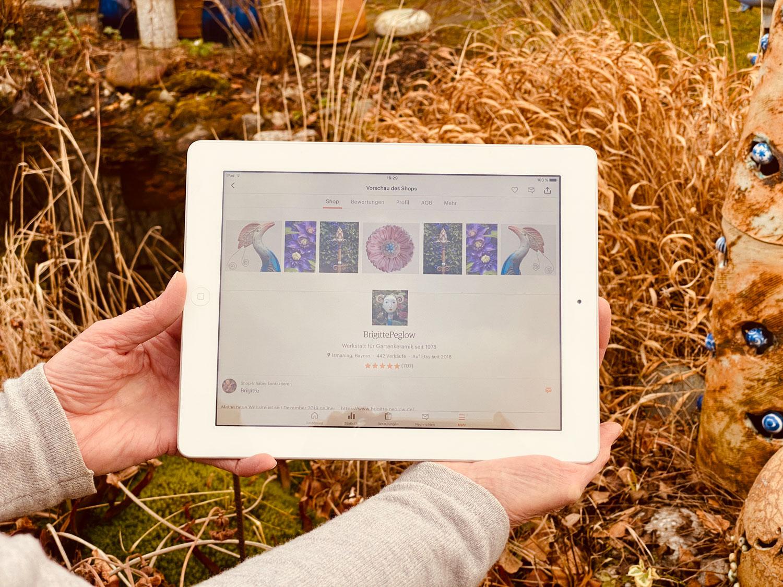 Brigitte Peglow hält ihr iPad in die Kamera um ihren etsy Shop zu zeigen